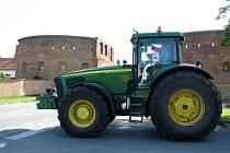 Portestující traktory najížděly na hlavní cestu ve Strážnici u Skalické brány.
