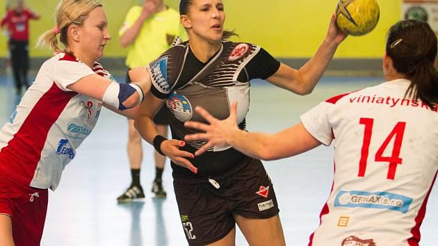 Hostující spojka Martina Bačíková (vlevo) brání jednu z hráček Písku. Veselí vyhrálo na jihu Čech 22:21.