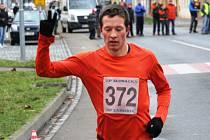 V Kyjově opět po roce zvítězil brněnský běžec Lukáš Olejníček. Na start hlavního závodu se v pátek dopoledne postavilo 153 závodníků.