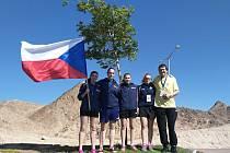 Hodonínské studentky Markéta Ševčíková, Anežka Ilčíková, Klára Ševčíková, Karolína Šprtová pózují společně s učitelem Stanislavem Češkou a českou vlajkou za městem Ejlat, kde se uskutečnilo mistrovství světa středních škol ve stolním tenisu.