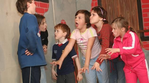 """Jako správní čerto i děti, které je ve Skoronicích hrají, mastí na podiu karty a neustále čichají """"člověčinu"""""""