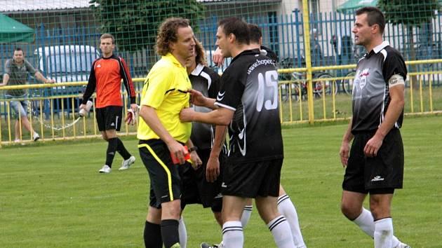 Na zápas Ratíškovic se Bzencem se nebude vzpomínat kvůli dobrému fotbalu, ale především kvůli dvěma vyloučeným hráčům a poločasovémi incidentu, při kterém byl nešťastně zraněn hostující Radek Šifel. Tomu pomohli do kabiny pořadatelé.