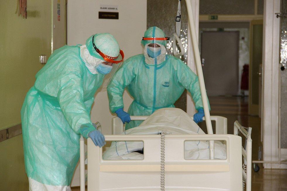 Zdravotníci kyjovské nemocnice ve speciálních ochranných oděvech.