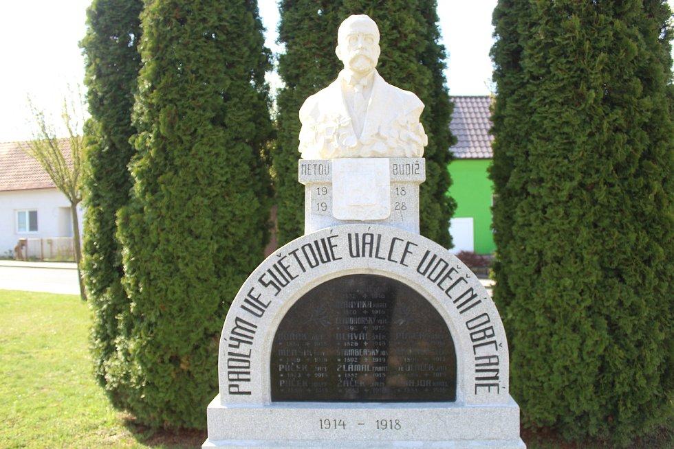 Rekonstruovaný pomník Tomáše Garrigue Masaryka na počest padlých v první světové válce.