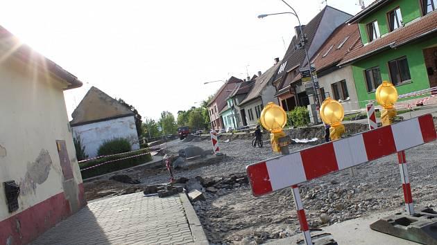 Pokračující opravy silnice mezi Strážnicí a Bzencem.