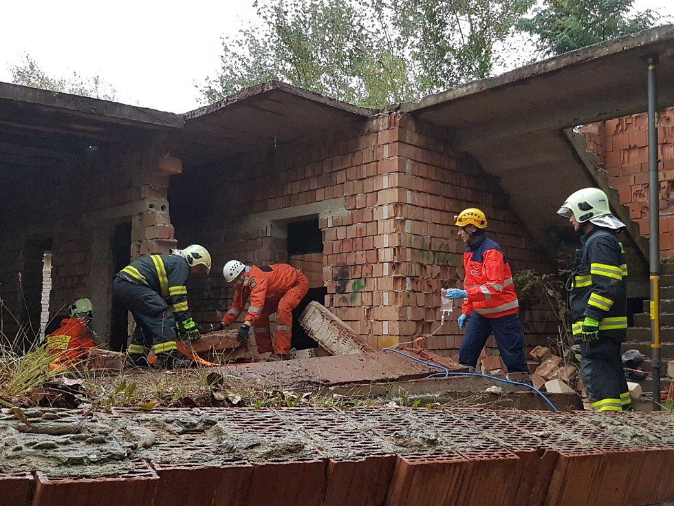 Dva chlapce zavalil desítky let rozestavěný dům, ve kterém si hráli. Na místě zasahovaly tři hasičské jednotky a dvě helikoptéry.