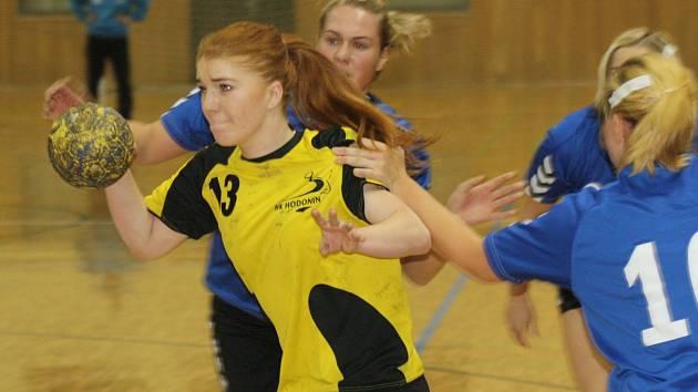 Mladá slovenská spojka Simona Višňovská (ve žlutém) zaznamenala proti Velké Bystřici osm branek.
