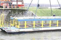 Stěhování lodě Konstancie z hlavního toku řeky Moravy na Starou Moravu.