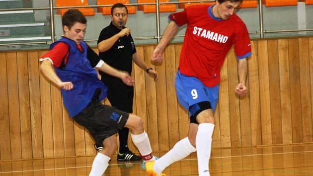 Michal Bidmon (vlevo) se snaží zastavit unikajícího Lubomíra Kupčíka. Páteční duel Dukly s Magic Krystals skončil remízou 3:3.