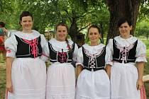 Do Bohuslavic se sjely folklorní sbory z Hodonínska, kvůli dešti ale organizátoři přesunuli program dovnitř.