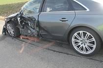 Čtvrt milionu korun je škoda po nehodě, která se stala v úterý kolem půl třetí odpoledne u Věteřova. Srazila se tam Audi S8 s nákladní tatrou s přívěsem.