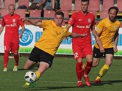 Vinaři z Mutěnic (žluté dresy) po prohře s Lanžhotem vypadli z krajského poháru.