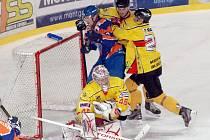 Hodonínský útočník Vladimír Stejskal dotírá na hostujícího gólmana Bošku. Brankář Moravských Budějovic podal v úvodním čtvrtfinále výborný výkon.