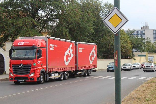 Průtah Hodonína ve směru na Slovensko čekají nákladné opravy.