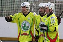 Sudoměřičtí útočníci Jan Kaluža (vlevo), Milan Hujsa (vpravo) a Matěj Fraňo (uprostřed) se radují, slovácký celek doma zdolal Hradec Králové 4:3.