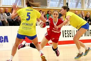 Házenkářky Veselí nad Moravou (v červených dresech) si mezinárodní soutěž WHIL zahrají i v příští sezoně.