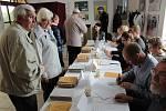 Hlasování ve sněmovních volbách krátce po otevření volebních místností na kyjovské radnici.