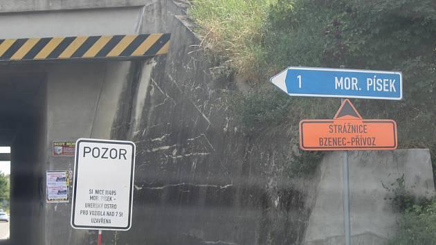 Začátek téměř pětikilometrového úseku mezi Moravským Pískem a Veselí nad Moravou.