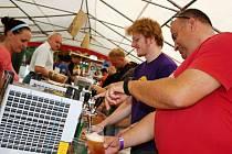 První Chmelobraní v Petrově nabídlo na pět desítek druhů piv. Kromě těch z České republiky se objevily i vzorky z Belgie.