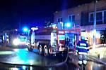 Hasiči likvidují požár rodinného domu v Uhřicích.
