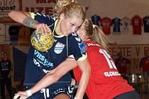 Mladá spojka Veselí nad Moravou Monika Rajnohová (v modrém) se proti Slavii blýskla devíti brankami. Slovácký celek porazil v repríze posledního finále Pražanky 31:23.