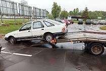 Bílý ford míří z hodonínského parkoviště k likvidaci na autovrakoviště.