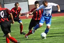 Hodonínští fotbalisté (v červeno-černém) prohráli ve 26. kole divize D s Napajedly 1:3.