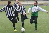 Fotbalisté Bzence (v černobílých dresech) porazili v úvodním zápase sedmého kola Zimního turnaje v Dubňanech Milotice 5:1.