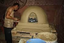 V bohuslavickém Art Mlýně oslavovali hlínu. Pořadatelé tak chtěli připomenout tento stavební materiál a ukázat možnosti jeho využití. Součástí dne byla stavba peci, výroba nepálených cihel, přednášky a výstavy obrazů.
