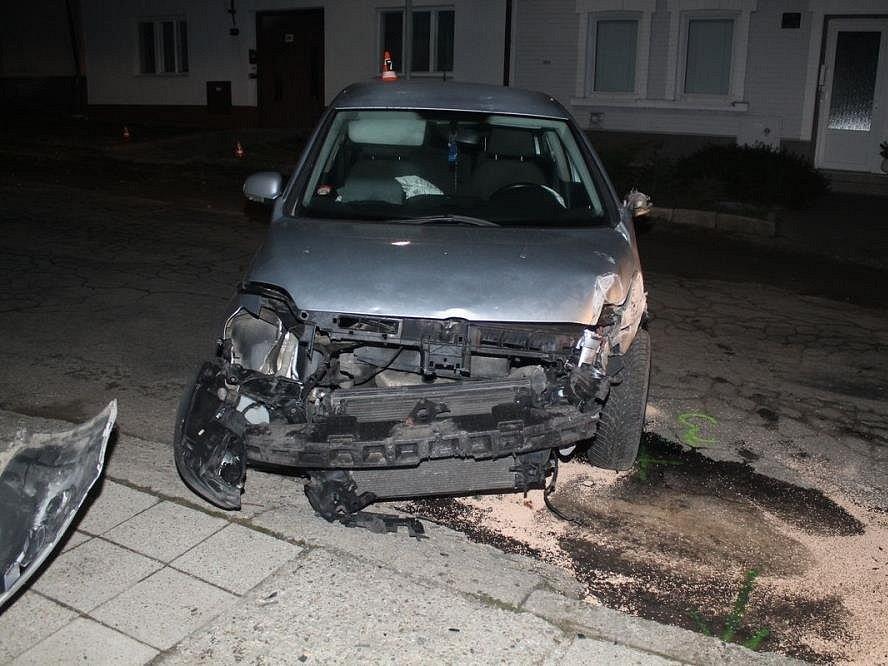 Osmnáctiletý řidič Volkswagenu Golf havaroval ve čtvrtek večer v obci Hrubá Vrbka.