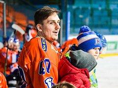 Hodonínský kapitán Petr Peš si pondělní exhibiční duel proti fanouškům užil společně se synem.