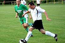 Fotbalisté Vacenovic doma deklasovali Bzenec 5:0. Na snímu uniká obránce Mogulu Jan Kotásek (v bílém) hostujícímu středopolaři Liboru Škodíkovi.