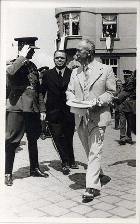 Prezident Edvard Beneš schodí při své první ze tří návštěv Hodonína vroce 1936.