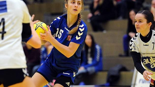 Sedmnáctiletá házenkářka Jana Šustková (v modrém) nastřílela ve třech mezinárodních zápasech dvaadvacet branek.