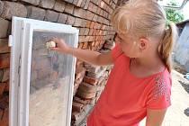 Děti v rodném domě významného lidového skladatele Fanoše Mikuleckého malovaly slovácké ornamenty. Používaly písek, mýdlo, pastelky i vodu.