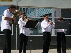 V Hodoníně se v úterý slavil den hudby pod širým nebem u Městské knihovny.