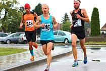 Lipovský vytrvalec Dušan Tomčal (na snímku uprostřed) skončil v Borském Svätém Juru na celkovém třetím místě, když trať dlouhou 9,9 kilometru zvládl za 34:41 minuty.