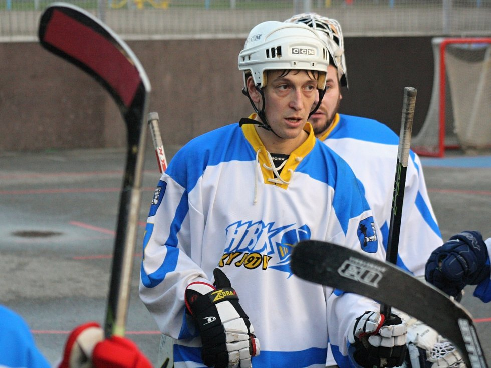 Hokejbalisté Kyjova (v bílých dresech) zdolali Staré Brno 5:4 po samostatných stříleních a přezimují v čele  Moravské ligy. Závěr posledního podzimního utkání zpestřila potyčka několika hráčů.