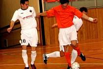 Futsalista Dubňan Zbyněk Lysý (v oranžovém) právě obelstil dvojici protihráčů.