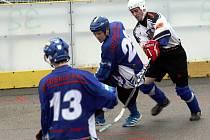 Obránce Rigumu Hodonín Radoslav Tomek (v bílém) bojuje o míček s hráči Pardubic B. Slovácký celek doma zvítězil 7:0.