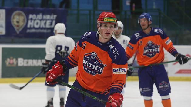 Hodonínští hokejisté (oranžové dresy) na úvod nové sezony podlehli Žďáru nad Sázavou 3:5.
