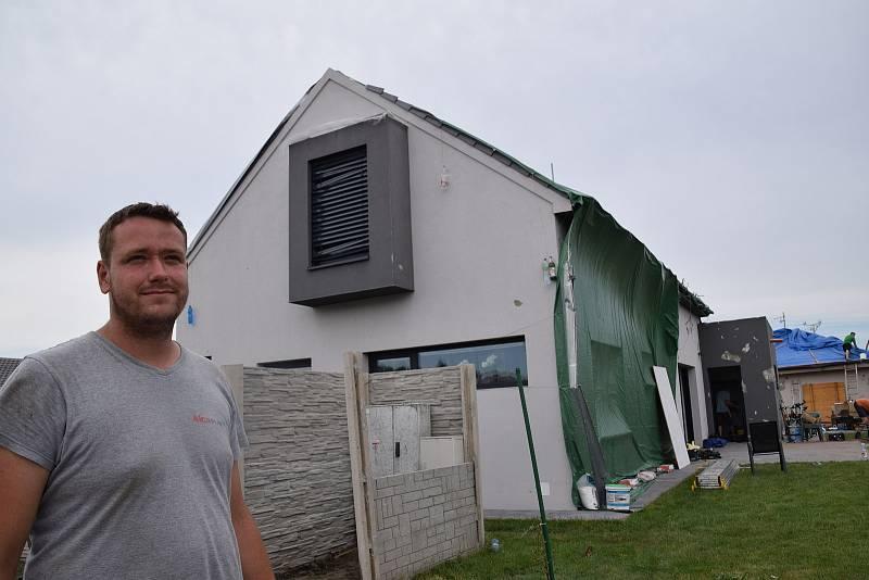Ondřej Slanina u svého rodinného domku v Hruškách, kterému se řádění tornáda nevyhnulo.
