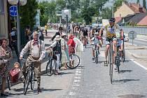 Charitativní cyklotour Josefa Zimovčáka dorazila včera na jih Moravy. K pelotonu se přidalo až na 140 lidí. V pátek pokračuje tour Hodonínskem na Břeclavsko a Vyškovsko, v sobotu zakončí jízdu ve Znojmě, kde vydraží zvony.