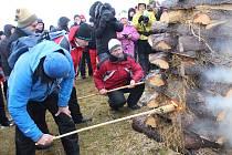 Již tradičně se na Silvestra setkali Češi a Slováci, aby společně zápalili Česko-Slovenskou vatru přátelství.