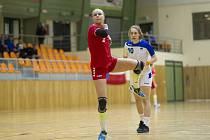 Devatenáctiletá Valérie Smetková (na snímku v červeném dresu) se nakonec do užší nominace pro evropský šampionát neprobojovala.