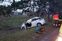 Silnici I/55 mezi Lužicemi a Moravskou Novou Vsí uzavřela tragická dopravní nehoda jednoho auta.