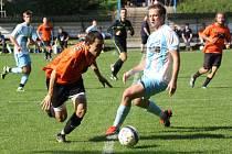 Krajní záložník Žarošic Jan Strmiska (v oranžovém dresu) se v domácím zápase s Veselí nad Moravou neprosadil.