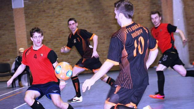Futsalisté Dukly Hodonín (v červených dresech) si výhrou v Dubňanech 7:3 zajistili postup do semifinále okresního přeboru.