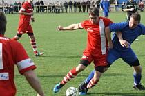 Nedělní duel Vacenovic (modré dresy) se sousedními Miloticemi příliš fotbalovosti nepřinesl. Boj skončil remízou 1:1.