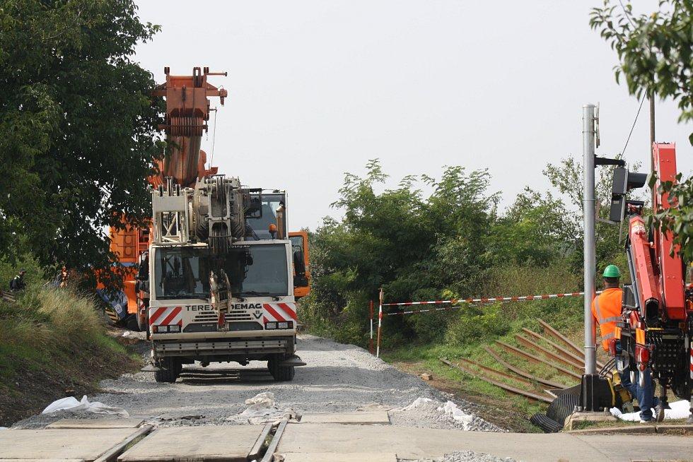 Vykolejený jeřáb je zpátky na trati. Kolem druhé hodiny odpoledne jej zvedl autojeřáb. Aby se dostal k místu nehody, bylo potřeba vysypat štěrkem trať, pomohly i betonové bloky.